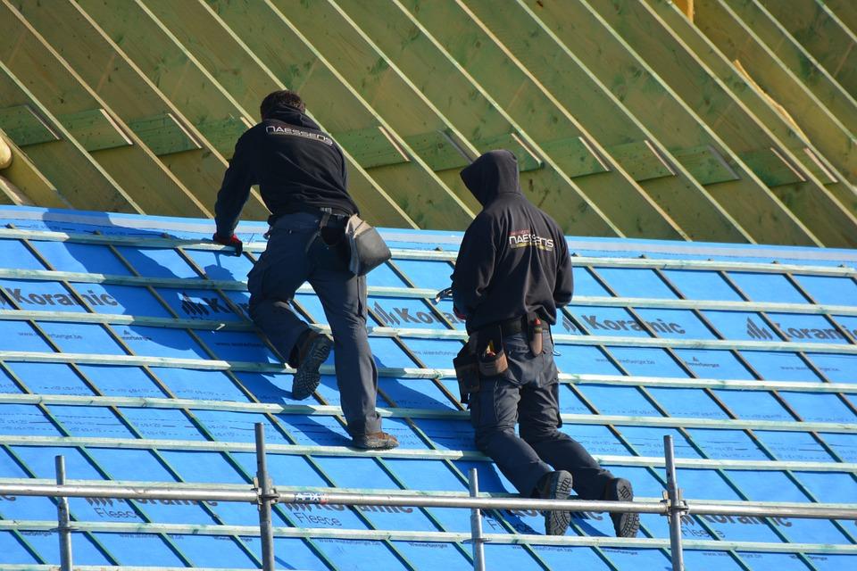 roof contractors constructing a new roof